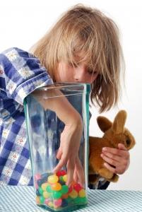 L'enfant et le vase de bonbons